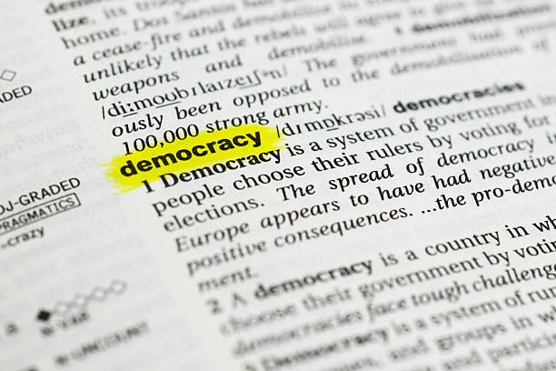 """деталь на английском языке слово """" демократия"""" и его значение - демократия стоковые фото и изображения"""