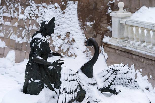 detail der russischen märchen brunnen im alexandergarten - indoor feen gärten stock-fotos und bilder