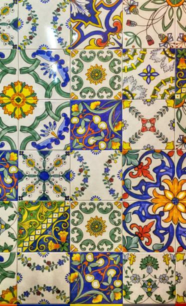 detail der traditionellen dekorfliesen mit majolika-mustern. - türkische fliesen stock-fotos und bilder