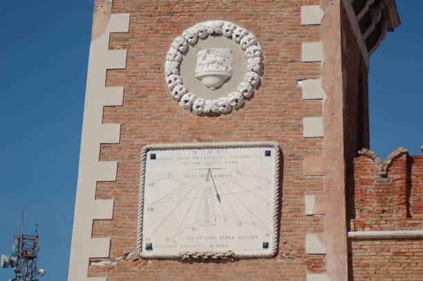 detalle de la torre del arsenal de venecia - lunes de pascua fotografías e imágenes de stock