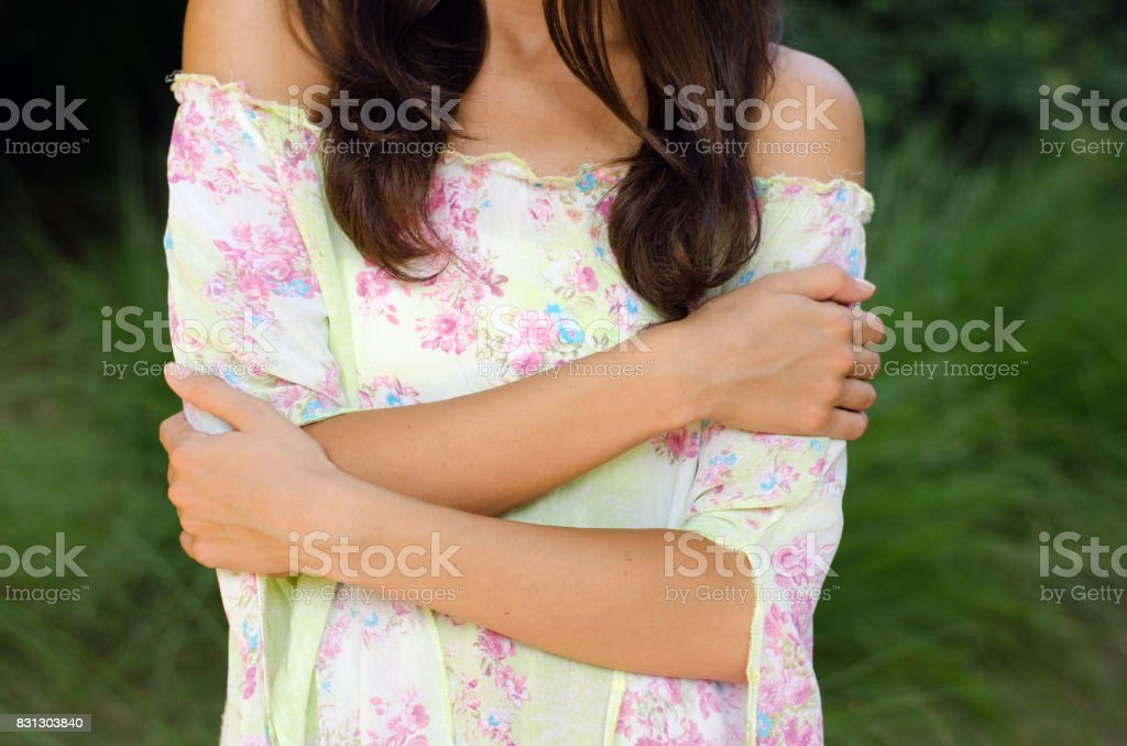 Detalle de la joven elegante en la naturaleza de verano - foto de stock