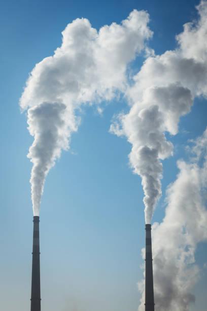 Detail der weißen Rauch verschmutzten Himmel – Foto