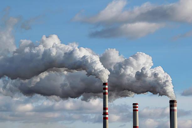 detalle de humo blanco contaminado sky - contaminación ambiental fotografías e imágenes de stock