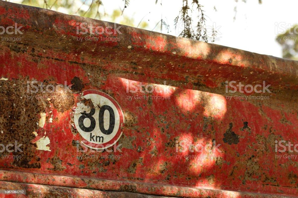 Détail sur la limitation de vitesse 80 km/h signe à l'arrière du conteneur de fret vieux camion à benne basculante. - Photo