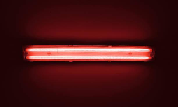 детали выстрел флуоресцентный свет пробирку на стене. - lightning стоковые фото и изображения