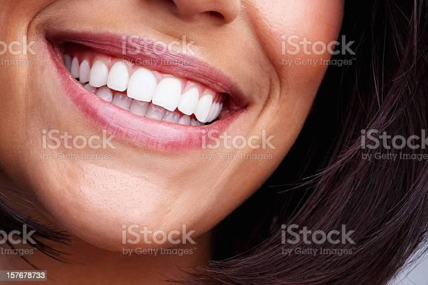 Detailansicht Eines Hübschen Jungen Weiblichen Lächeln Stockfoto und mehr Bilder von Attraktive Frau