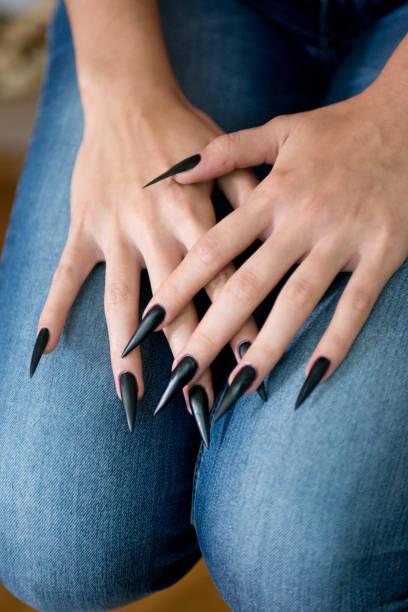 detail-aufnahme von frau stiletto schwarz nägel - nails stiletto stock-fotos und bilder