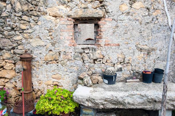 detalle, ventana de la antigua casa de guardia forestal abandonada en el bosque - monse del campo fotografías e imágenes de stock