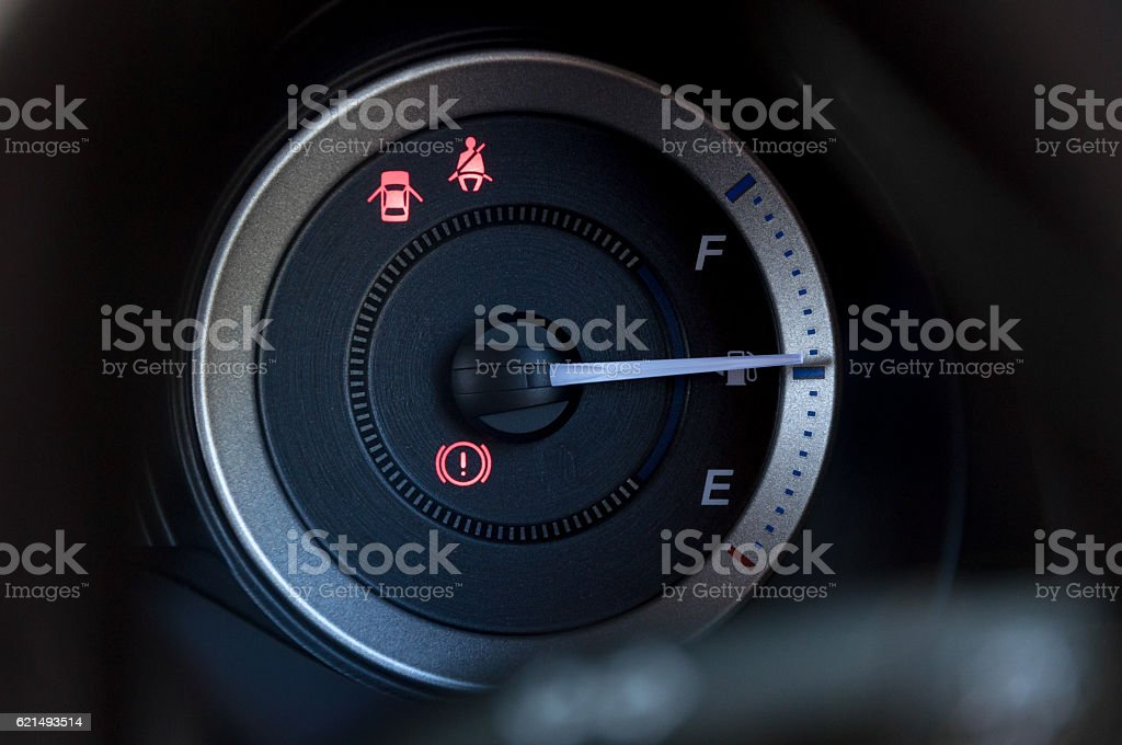 detail with the gauges on the dashboard of a car photo libre de droits