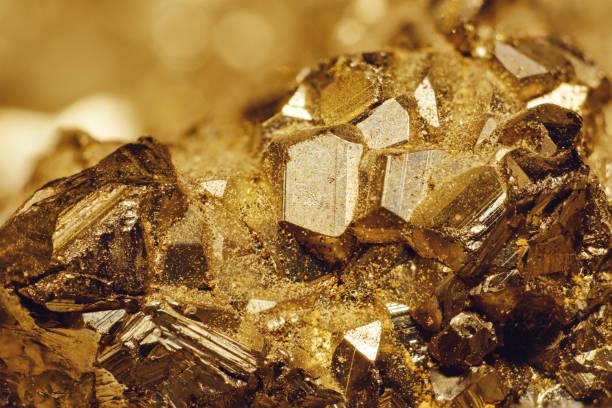 szczegółowe zbliżenie mineralnego pirytu żelaza znanego również jako fool's gold - minerał zdjęcia i obrazy z banku zdjęć