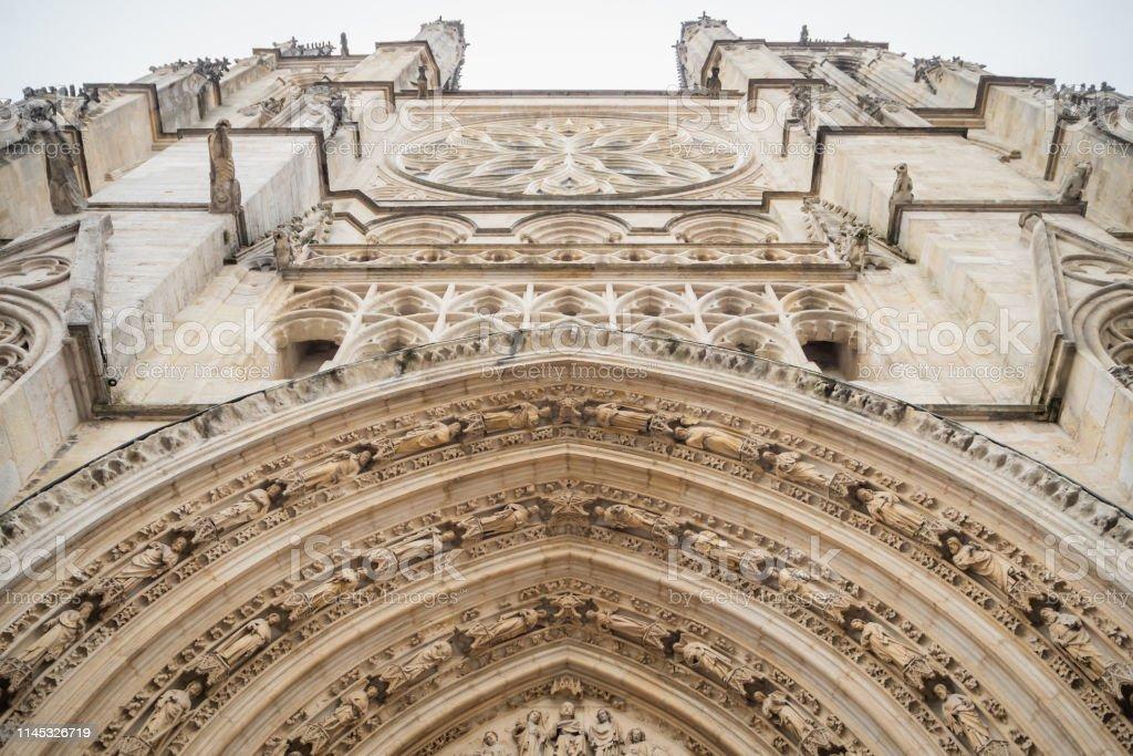 ボルドーの大聖堂の聖アンドレのファサードの下からの詳細 ...