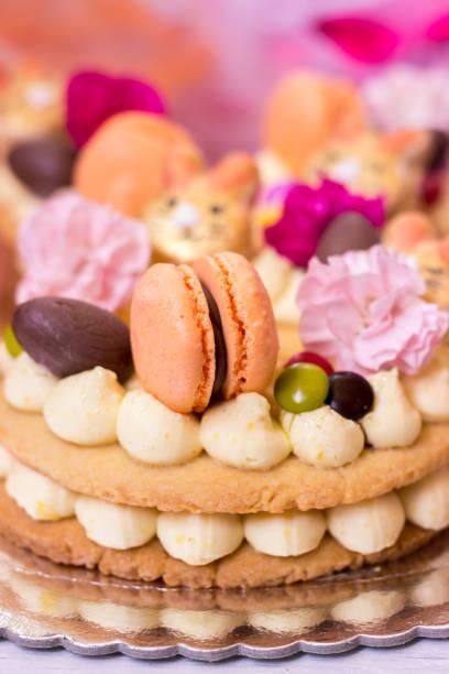 details zu einem osterkuchen-vanillekuchen mit makronen und blumen verziert - oreo torte ohne backen stock-fotos und bilder