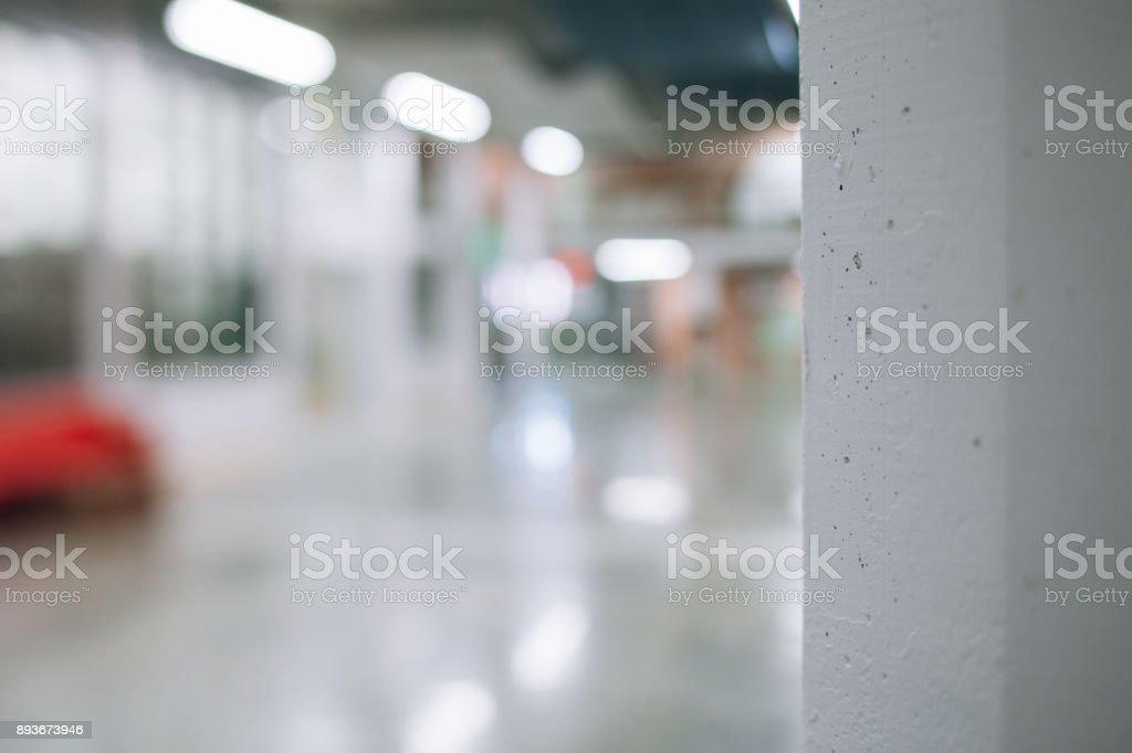 Detalles de un pasillo moderno edificio comercial e industrial renovado, renovado y reformado. Nuevo fondo de negocios. Puesta en servicio. Área de trabajo vacía abierta. foto de stock libre de derechos