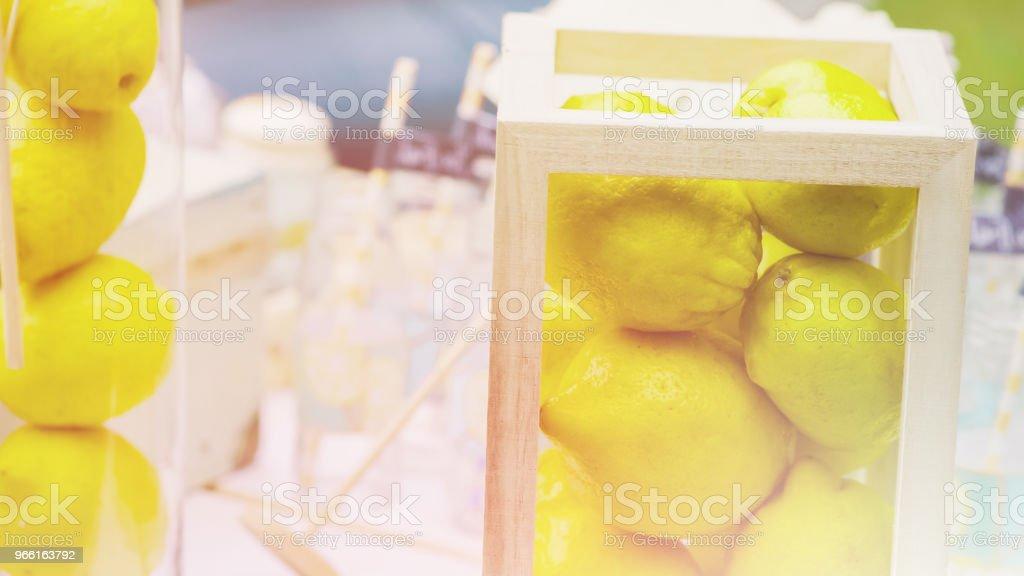 Detaljer för en god chokladkaka med kannor av sötsaker, kakor ljus toning - Royaltyfri Bord Bildbanksbilder