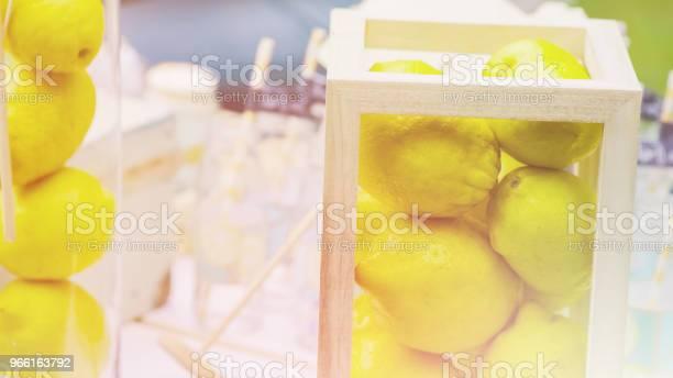 Detaljer För En God Chokladkaka Med Kannor Av Sötsaker Kakor Ljus Toning-foton och fler bilder på Bord