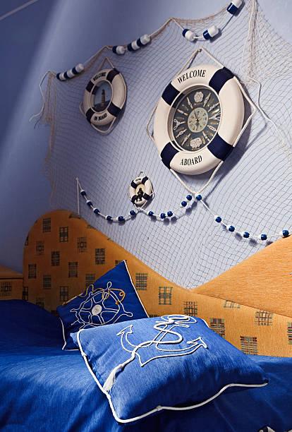 details schlafzimmer interieur in sea-stil - nautisches schlafzimmer stock-fotos und bilder