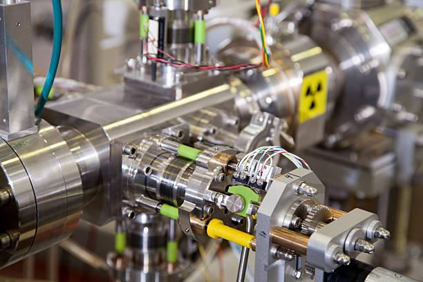 dettagli di ioni di litio accelerator con simbolo di avvertenza di radiazione - reattore nucleare foto e immagini stock