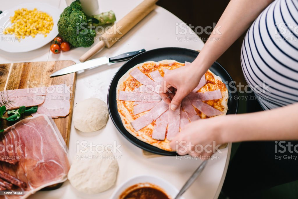 Details der Pizza-Herstellung in neuen Küche zu Hause - Lizenzfrei Abnehmen Stock-Foto