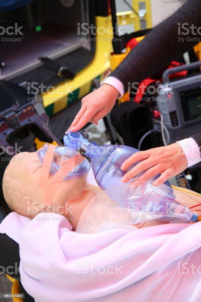 Detalhes da prática para usar uma máscara de oxigênio na boneca de treinamento - Foto de stock de Acidentes e desastres royalty-free