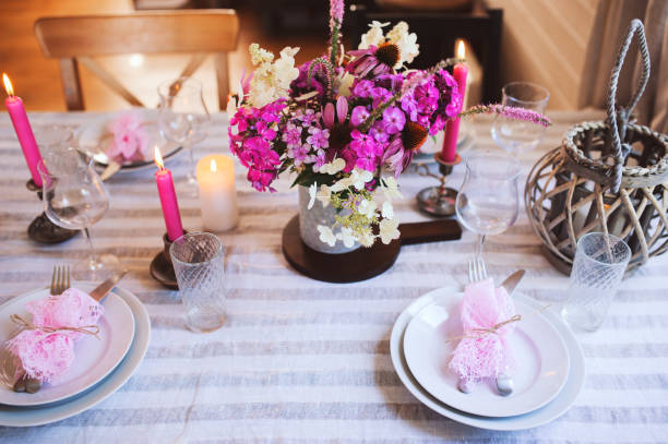 details der sommer festlich gedeckten tisch mit kerzen und blumen der saison. tischdekoration für romantisches abendessen im gemütlichen landhaus - geheime garten parties stock-fotos und bilder