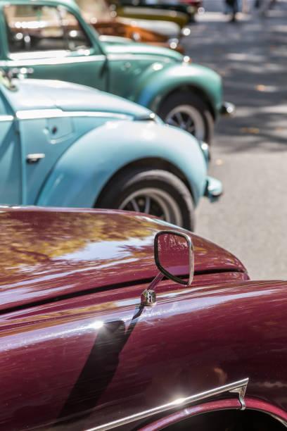 Details Retro-Auto-Show auf der Straße der Stadt. Europäische und amerikanische alten klassischen Automobilen – Foto