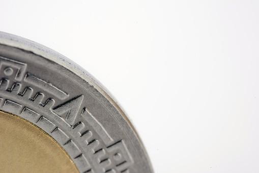 Detalle de moneda de 1 peso mexicano, Close-up detail of a Mexican peso coin on white background