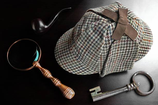 Detecrive Deerstalker Hat,  Pipe, Key And Magnifier On Black Table Sherlock Holmes Deerstalker Hat Smoking Pipe, Old Key And Vintage  Magnifying Glass On The Black Wooden Table Background. Overhead View.  Investigation Concept. deerstalker hat stock pictures, royalty-free photos & images