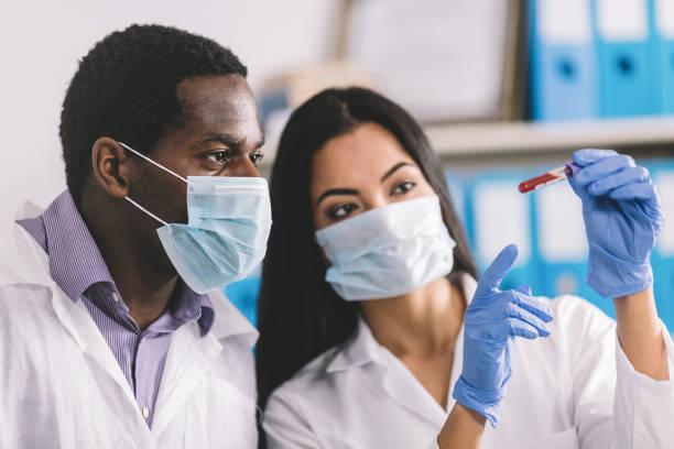 Nachweis der Pathogen-Coronavirus-Infektion im mikrobiologischen Labor – Foto