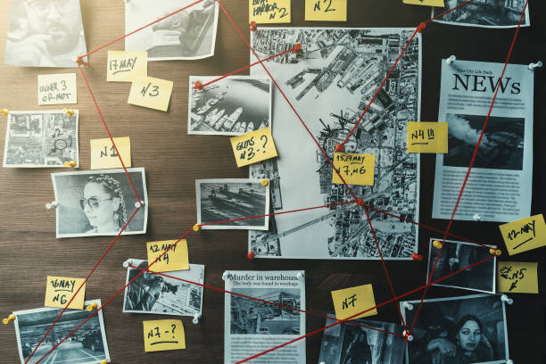 Detective board with photos of suspected criminals, crime scenes and evidence with red threads, toned Detective board with photos of suspected criminals, crime scenes and evidence with red threads, retro toned crime stock pictures, royalty-free photos & images