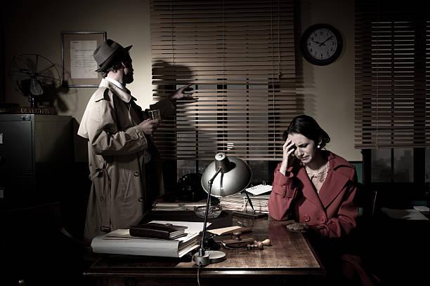detektiv geben schlechte nachrichten - whisky test stock-fotos und bilder
