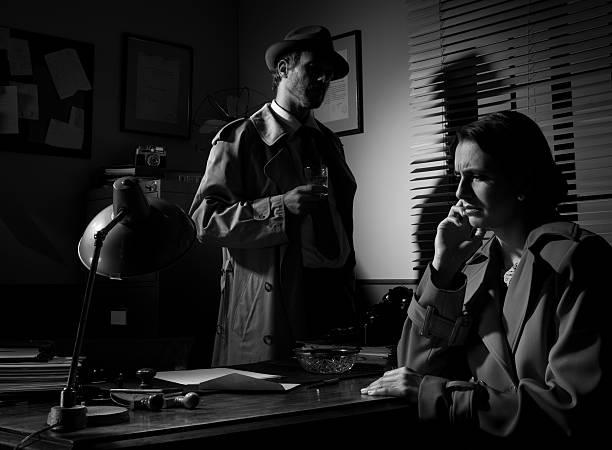 detektiv interview junge nachdenklich frau in seinem büro - whisky test stock-fotos und bilder