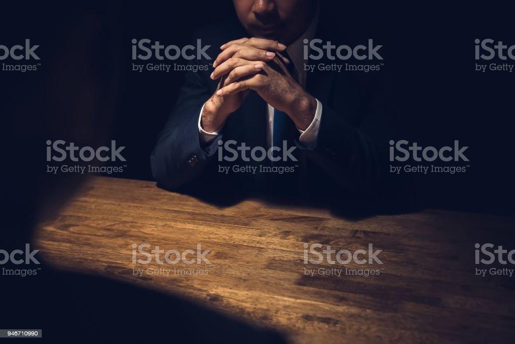 Detektiv Befragung verdächtiger im dunklen Privatzimmer – Foto