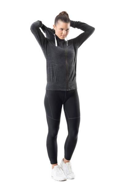 bestimmt der aktiven weiblichen jogger zip up hoodie sweatshirt vorausschauend anziehen - zip hoodies stock-fotos und bilder