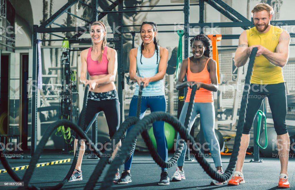 Entschlossen und stark fröhliche Menschen während funktionelles Training Group-Klasse – Foto