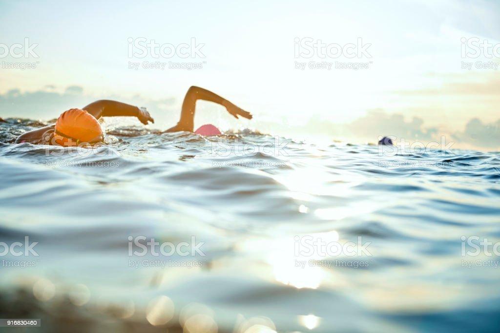 Entschlossenen Frauen Schwimmen im Meer bei Sonnenuntergang – Foto