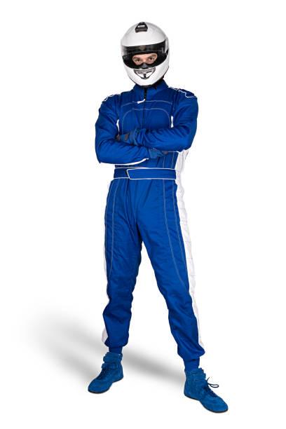 Entschlossener Rennfahrer in blau-weißen Motorsport-Gesamtschuhen Handschuhen und integriertem Schutz-Crashhelm isoliert weißen Hintergrund. Auto-Rennmotorrad-Sport-Konzept. – Foto