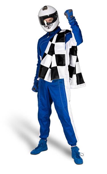 Entschlossener Rennfahrer in blau-weißen Motorsport-Gesamtschuhen Handschuhe integraler Schutz-Crashhelm und karierte karierte karierte Flagge isoliert weißen Hintergrund. Auto-Rennmotorrad-Sport-Konzept. – Foto