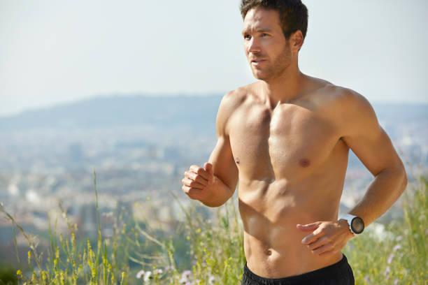 Entschlossener hemdseter Mann läuft im Sommer im Park – Foto