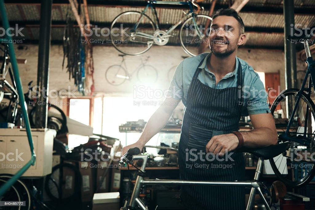 Decidida a proporcionar un servicio de reparación de bicicletas premium - foto de stock