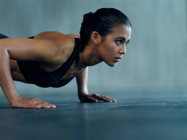 entschlossen, ihre fitness-ziele zu erreichen - hard to concentrate stock-fotos und bilder