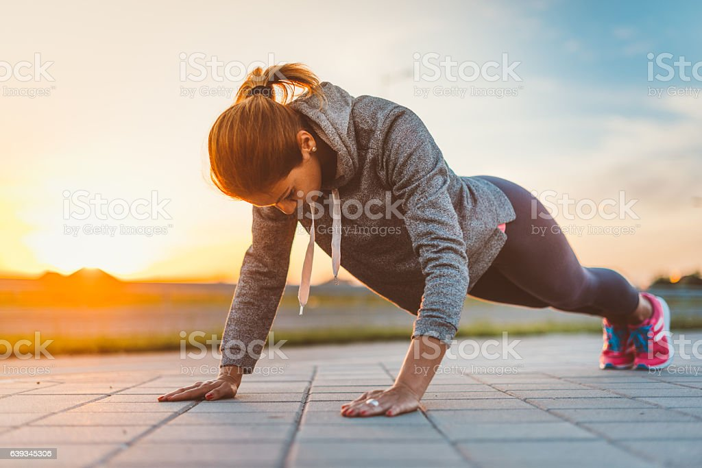 Determined woman doing push ups – Foto