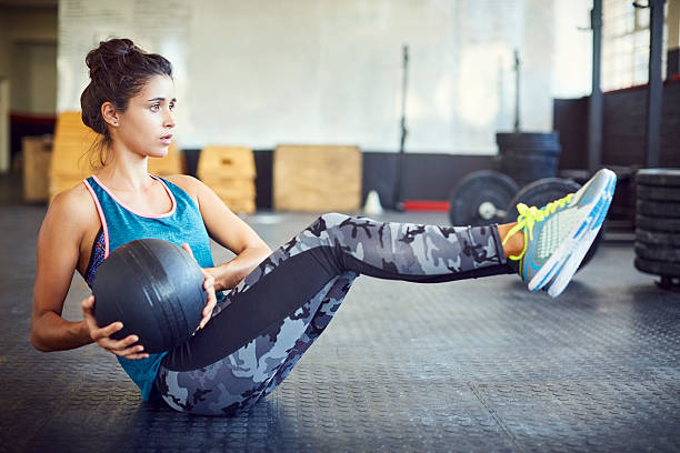 Determined woman exercising with medicine ball in gym – Foto