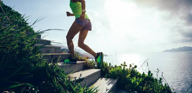 Entschlossenen Frau am Meer Mountain Treppen Hochlaufen – Foto