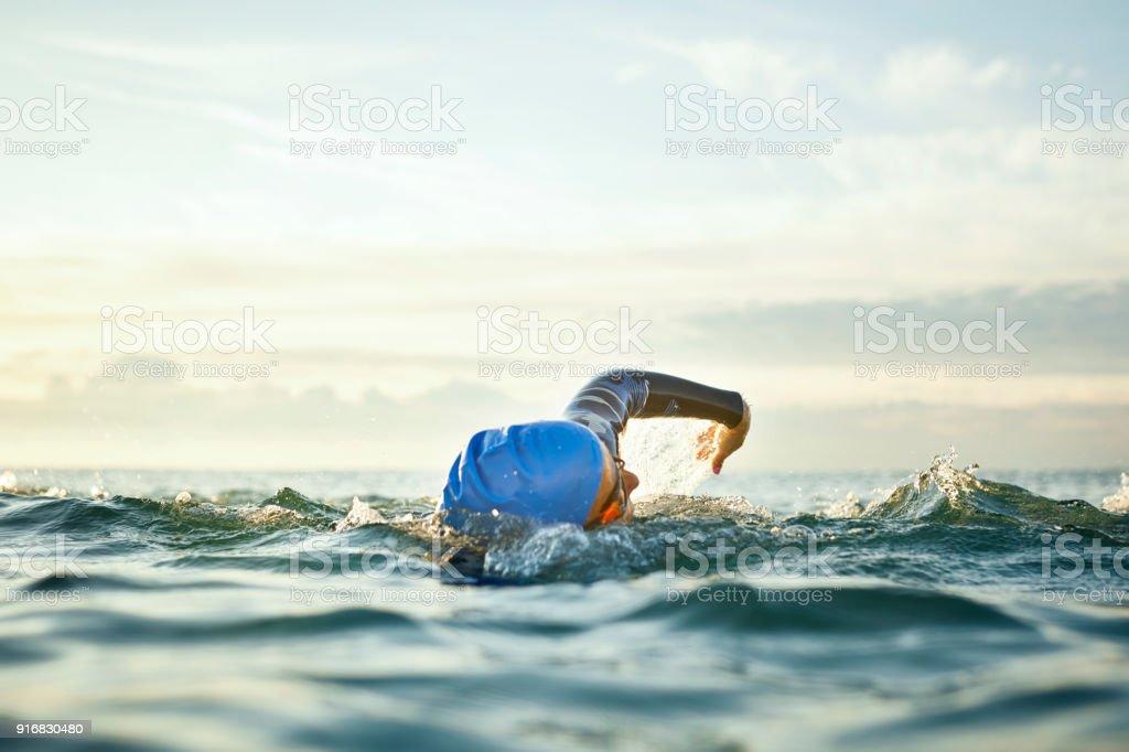Femme déterminée, nager dans la mer - Photo