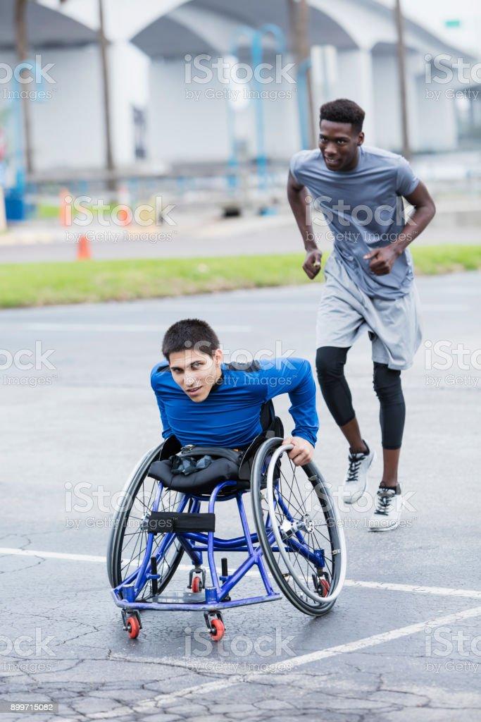Jungen Mann im Rollstuhlrennen mit Freund bestimmt – Foto