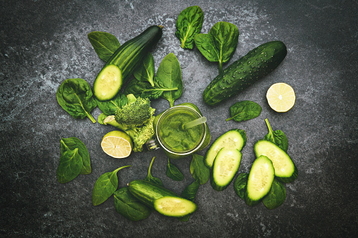 Photo libre de droit de Jour De Désintoxication Légumes Verts Sur La Table Rustique banque d'images et plus d'images libres de droit de Aliment cru