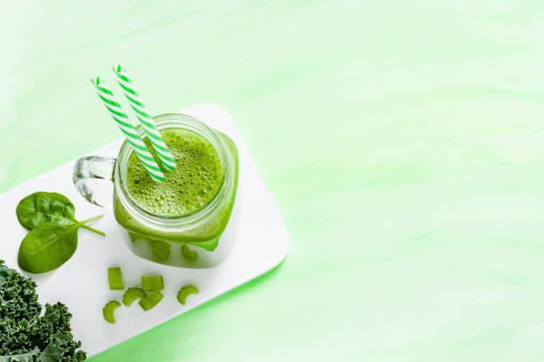 Detox-Diät-Konzept: Glas gefüllt mit grünem Getränk mit Kopierraum. – Foto