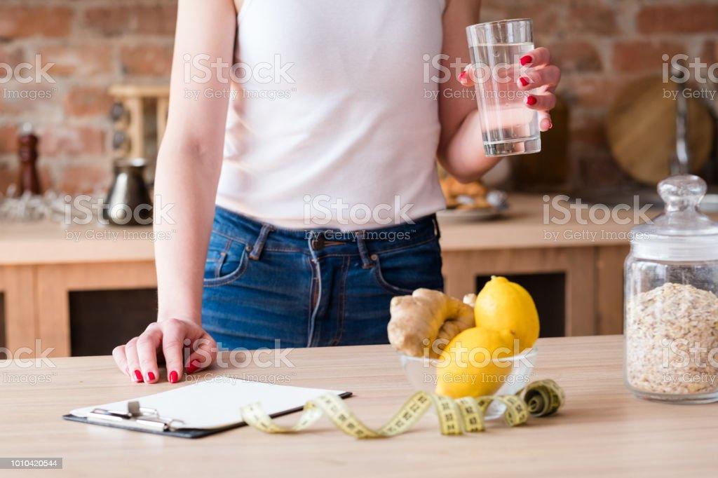 Detox dieta adelgazar peso pérdida mujer limón jengibre - foto de stock