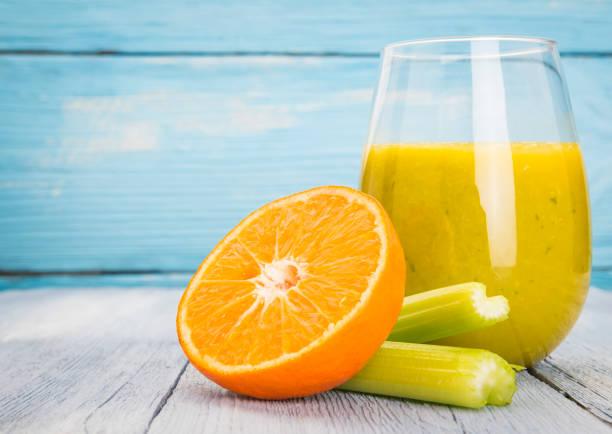 frischer saft detox - orangenscheiben trocknen stock-fotos und bilder