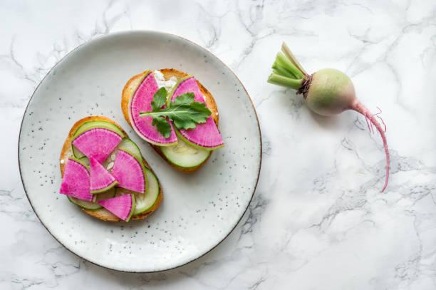 entgiften sie frisches gemüse essen. - radieschen salat stock-fotos und bilder